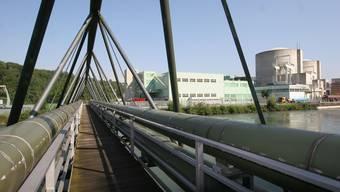 Über diese Brücke führen die Refuna-Leitungen ab dem AKW Beznau.