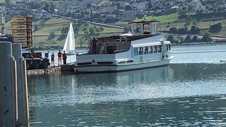 Die «MS Fortuna» ein letzte Mal auf dem See beim Hotel Delphin in Meisterschwanden.