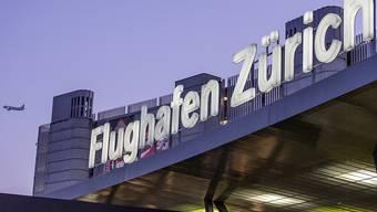 Der Flughafen Zürich hat im vergangenen Geschäftsjahr vom rekordhohen Passagieraufkommen profitiert und den Umsatz deutlich gesteigert. Der Gewinn fiel dagegen wegen Sondereffekten tiefer aus. (Archiv)
