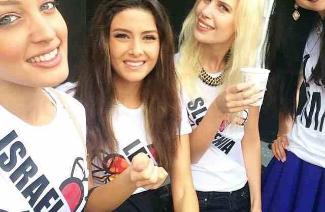 Miss Israel Doron Matalon (l.) «sprang» angeblich ins Bild von Miss Libanon Saly Greige (2. v.l). Daneben lächeln brav Miss Slowenien und Miss Japan.
