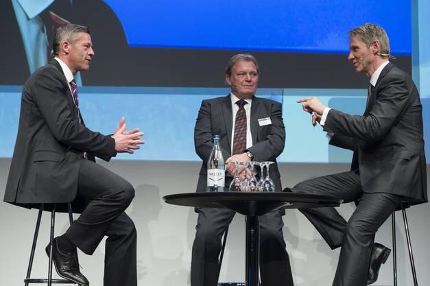 «Man muss loslassen können», so Henry Schweizer von der Polytronic International (Muri). Links sein Nachfolger Christoph Koch, rechts Moderator Franz Fischlin.