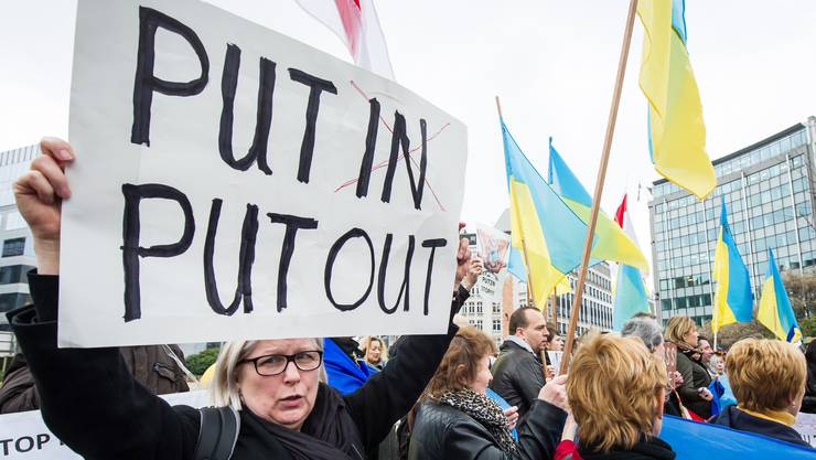 Pro-Ukrainische Demonstranten vor dem EU Rat in Brüssel, wo sich die EU-Aussenminister trafen.