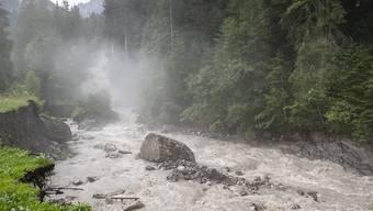 Aus einem Gletschersee auf der Plaine Morte ausgelaufenes Schmelzwasser bringt Hochwasser an der Lenk im Berner Oberland.