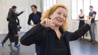 Brigitta Luisa Merki leitet eine Probe von «Bolero. Tanz der Feuertaube». Alex Spichale