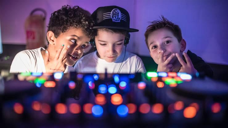 Quartierkinder aus dem Loreto am DJ Pult: Leon, Néo und Alessandro.