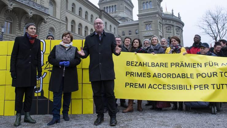 SP-Vertreter um Barbara Gysin, Marina Carobbio und Pierre-Yves Maillard (v.l.) reichen Ende Januar in Bern ihre Prämien-Entlastungs-Initiative ein.