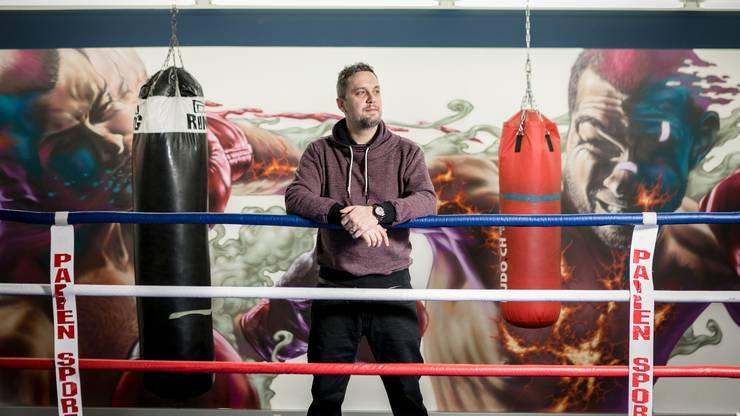 Das ist der Mann hinter den Kunstwerken: Malik, fotografiert vor einem seiner Werke im Boxclub Aarau, am 17. Dezember 2019.