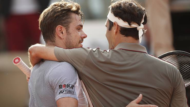 Stan Wawrinka (l.) und Roger Federer umarmen sich nach dem Schweizer Viertelfinal in Roland Garros, bei dem sich Federer durchsetzte.