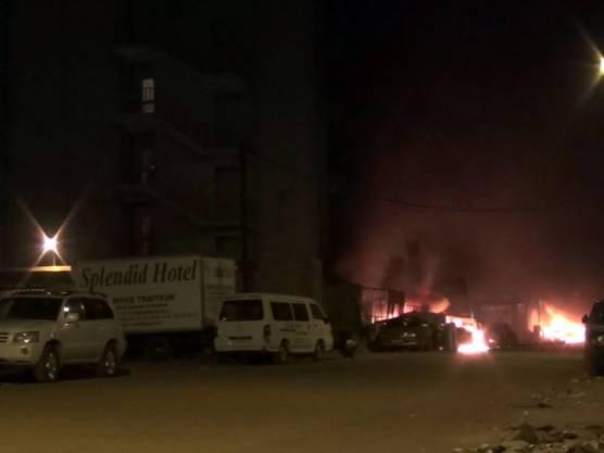 """Die Attentäter setzten vor ihrem Angriff beim Hotel """"Splendid"""" in Burkina Fasos Hauptstadt Ouagadougou Autos in Brand."""