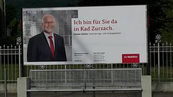 Am Bahnhof in Bad Zurzach hängt dieses Plakat der Mobiliar. Versicherungsberater Gereon Görlich (abgebildet) versichert: Ein Werbegag steckt nicht dahinter.
