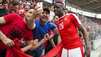 Sogar die albanischen Fans wollen ein Foto mit Youngster Denis Zakaria.