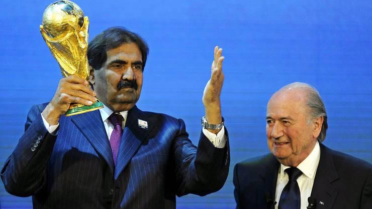 Sepp Blatter und Katars Emir Sheikh Hamad bin Khalifa Al-Thani freuen sich nach der Vergabe der WM 2022 nach Katar. (Archiv)