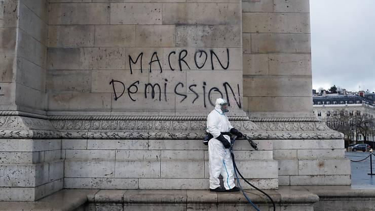 Deutliche Botschaft als Graffiti auf den Arc de Triomphe gesprayt: Rücktritt Macron.