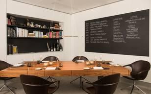 Es gibt nicht viele, aber wer sie sucht, findet sie: Küchentische in Schweizer Restaurants. Eines der wohl exklusivsten Angebote bietet das Parkhotel Vitznau am Vierwaldstättersee an. Das Fünf-Sterne-Haus führt den Küchentisch seit der Wiedereröffnung 2013. «Die Gäste können zuschauen, wie kulinarische Feinheiten auf höchstem Niveau produziert werden. Wir wollen ihnen in einer persönlichen Atmosphäre eine exklusive Begegnung mit einem unserer Chefköche ermöglichen», sagt Désirée Troxler-Fallet vom Park Hotel. Das hat seinen Preis: Einen Abend mit Gourmetmenü und passender Weinbegleitung für jeden Gang gibt es ab 400 Franken pro Person. Im St. Galler Jägerhof kostet das All-inclusive-Angebot 295 Franken.