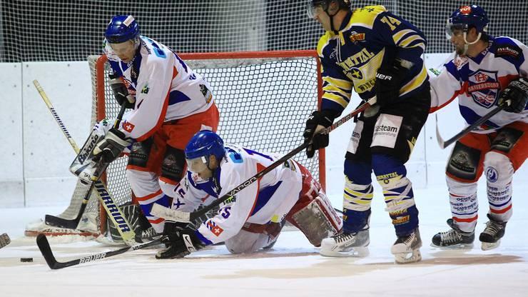 Wings-Spieler Peter Frenzel (rechts) versucht sich gegen Mirco Tenini und Lukas Meier durchzusetzen. Foto: Geisser