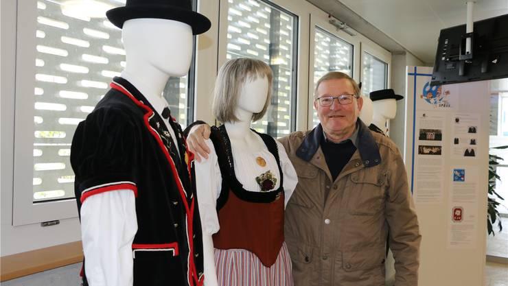 Bei der Ausstellung im Gemeindehaus-Foyer startet am Samstag der musikalische Rundgang durch das Dorf. Dabei sein wird auch Anton Mösch, OK-Präsident von «Singen macht Spass». Bild: Dennis Kalt