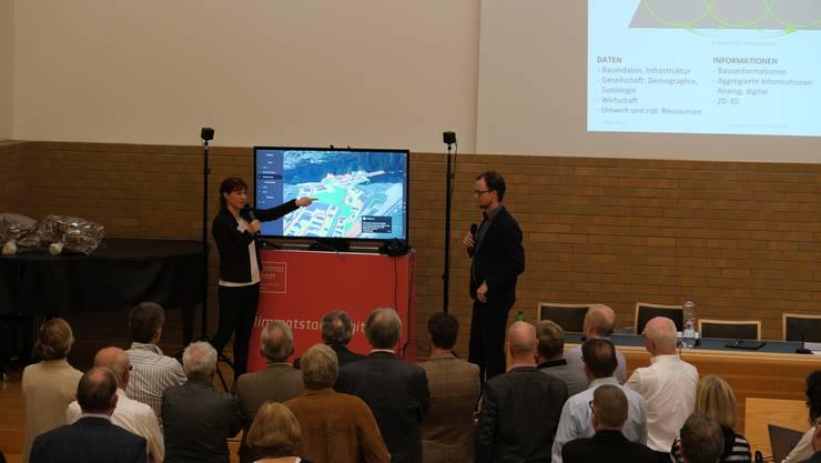 Esther Thiébaud und Matthias Knuser zeigen den Delegierten der Zürcher Planungsgruppe Limmattal, wie 3D-Modelle Entwicklungsprozesse unterstützen können.