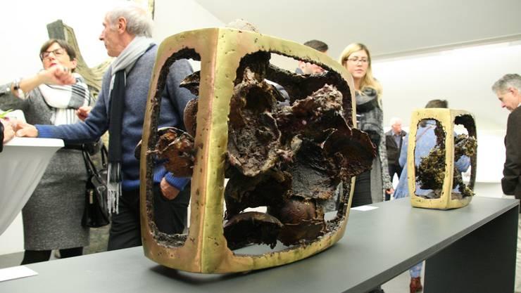 Staunende Besucher an der Eröffnung der Ausstellung in Laufenburg, hier vor Werken Erwin Rehmanns.
