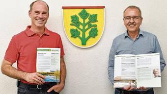 David Geering (links) und Daniel Gubler mit dem neuen «Extra-Räbeblatt».