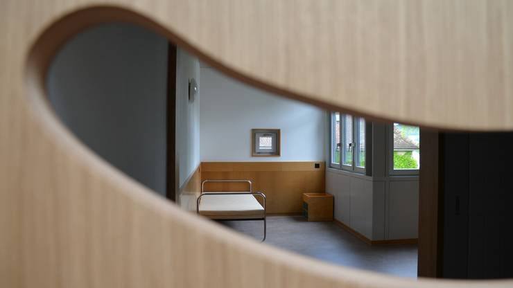 Blick in ein Einzelzimmer, das noch nicht belegt ist. Der Klient darf persönliche Gegenstände mitbringen.
