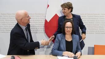 Claude Nicollier begrüsst Bundesrätin Viola Amherd. Sitzend: Pälvi Pulli, Chefin Sicherheitspolitik im VBS.