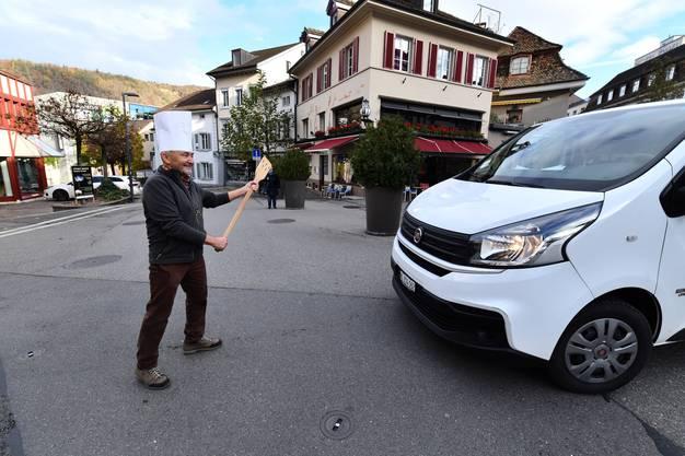 Felix Mühleisen stoppt mit viel Schalk den Verkehr auf dem Törliplatz in Richtung Bücheli.