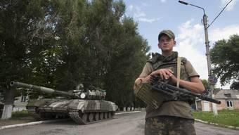 Ein ukrainischer Soldat überwacht einen Checkpoint ausserhalb der Stadt Siversk in der Ostukraine.