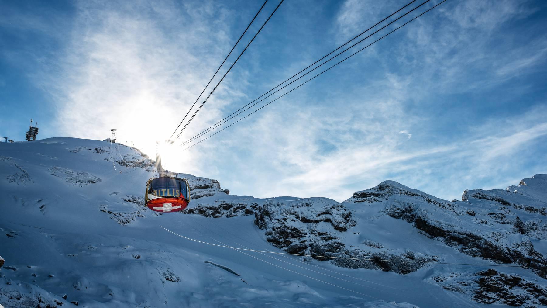 Die drehbare Luftseilbahn Rotair fährt auf den Titlis-Gletscher.