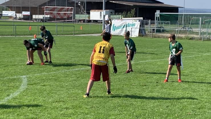 Die Pirates spielten in ungewohnten grünen Trikots. Bei den Aargauern spielten auch Kinder der Rafz Bulldogs mit