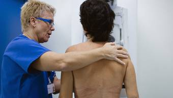 Eine Frau bei der Brustkrebs-Untersuchung