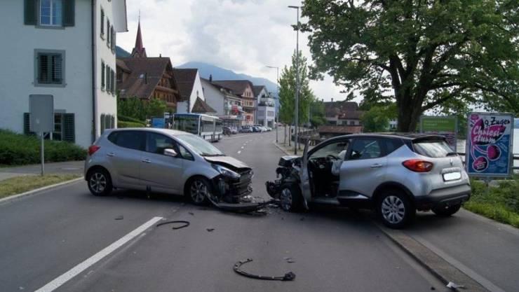 Forderte insgesamt vier Verletzte: Frontalunfall in Oberwil bei Zug.