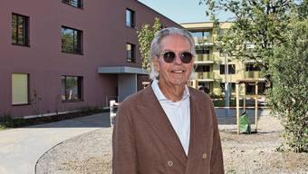 Livio Plüss, Verwaltungsratspräsident der Schönegg Brugg AG, zeigt die schmucke Parkanlage in der neuen Alterswohnsiedlung.