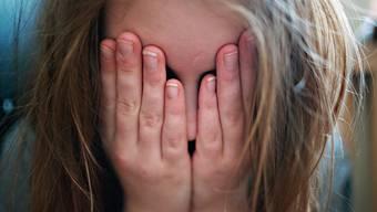 Manche, bei denen das Virus schon nicht mehr nachweisbar ist, fühlen sich dennoch, als hätten sie Blei in den Gliedern. (Symbolbild)