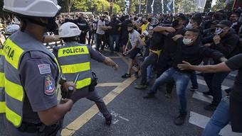 In São Paulo setzte die Polizei Tränengas gegen Regierungsgegner ein, um sie zu vertreiben.