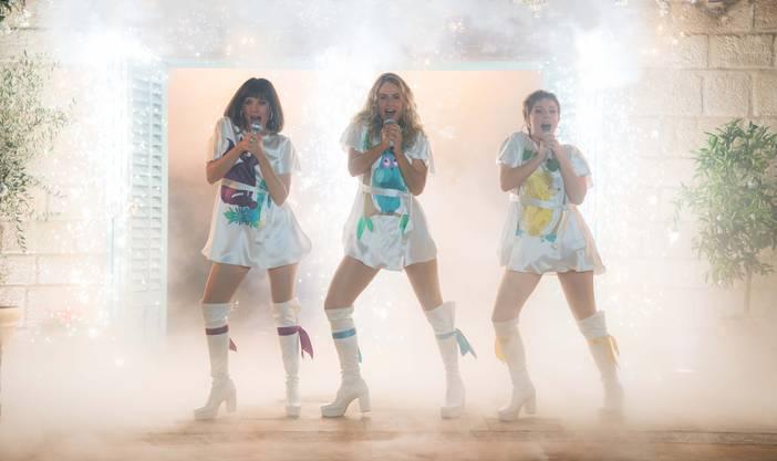 Alles, was irgendwie mit ABBA zu tun hat, wird ein Erfolg. Ob als Song, als Musical oder Musical-Film. Erst recht im ABBA-Land Schweiz. So präsentieren die Thuner Musicalmacher auf der Seebühne in Thun das Musical «Mamma Mia» mit den Hits von ABBA erstmals als Openair-Produktion und erstmals auf Schweizerdeutsch. Die Geschichte ist dieselbe, wird aber leicht eingeschweizert. Auch die Songs. Die Titel der meisten Songs wie «Dancing Queen», «Gimme Gimme», «Chiquitita», «Super Trouper» oder «Mamma Mia» wurden bewusst beibehalten und lediglich in den Liedzeilen in Mundart gesetzt. Dominik Flaschka (Dialoge/Regie) und Roman Riklin (Übersetzung Liedtexte) sowie ihr Berner Mitarbeiter Ben Vatter haben mit viel Gespür für die Sprache und den Sound der Musik sowie einem grossen Quantum Humor das Beste aus den Texten in die Mundart herübergeholt. ABBA in Berndeutsch funktioniert. Überzeugend sind vor allem Darsteller und Sänger wie Monica Quinter als Donna, Gigi Moto als Rosi, Judith von Orelli als junge Sophie und Patricia Hodell als Tanja sowie Eric Hättenschwiler als Bill. «Wieder einmal ein Musical der Extraklasse für Thun», schrieb die Rezensentin dieser Zeitung nach der Premiere in dieser Woche. Es kann davon ausgegangen werden, dass auch die Berndeutsche Musical-Version von «Mamma Mia» ein Riesenerfolg werden wird. Schon jetzt sind am 29. und 30. August aufgrund der grossen Nachfrage zwei Zusatzvorstellungen angesetzt worden. (sk)