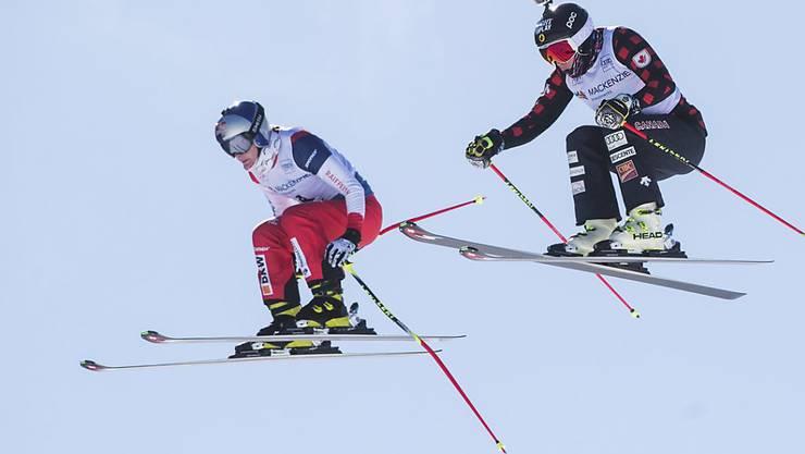 Fanny Smith fliegt, verfolgt von der Kanadierin Georgia Simmerling, im letzten Weltcup-Rennen der Skicrosser dem Podest entgegen