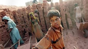 Kinder und Jugendliche arbeiten in einer Ziegelfabrik in Indien (Archiv)