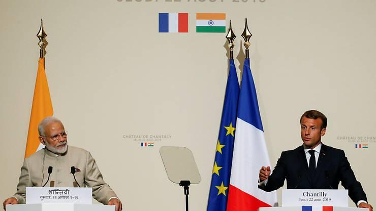 Frankreichs Präsident Emmanuel Macron (r.) und der indische Ministerpräsident Narendra Modi (l.) bei einer gemeinsamen Pressekonferenz nach einem Treffen in Paris.