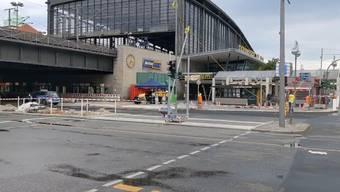 Zum Vorfall kam es am Sonntagmorgen gegen 7.20 Uhr beim Bahnhof Zoo. Nach ersten Erkenntnissen der Polizei war der 24-Jährige zu schnell unterwegs und verlor die Herrschaft über sein Fahrzeug. Der Lenker wurde vor Ort festgenommen.