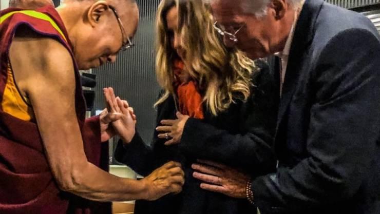Richard Gere (rechts) wird mit 69 nochmals Vater. Der Dalai Lama segnet das Kind im Bauch von Geres Frau Alejandra.