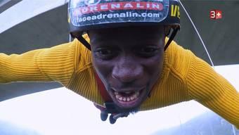 Im freien Fall beim Bungee-Jumping: Der Dietiker Willie Kudese wagte als Erster den Sprung von der Brücke. Doch auch sein Mut brachte ihn nicht weiter. Fotos: ZVG/3+