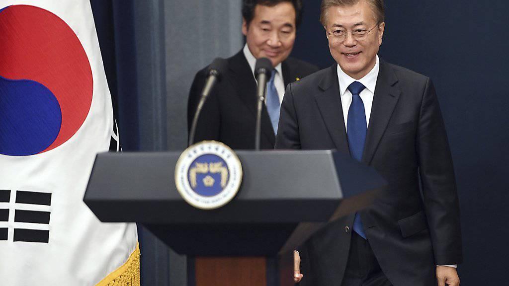 Südkoreas neu gewählter Präsident Moon Jae In (rechts) stellt den Nominierten für das Amt des Ministerpräsidenten vor, Lee Nak Yon (links hinter Moon).
