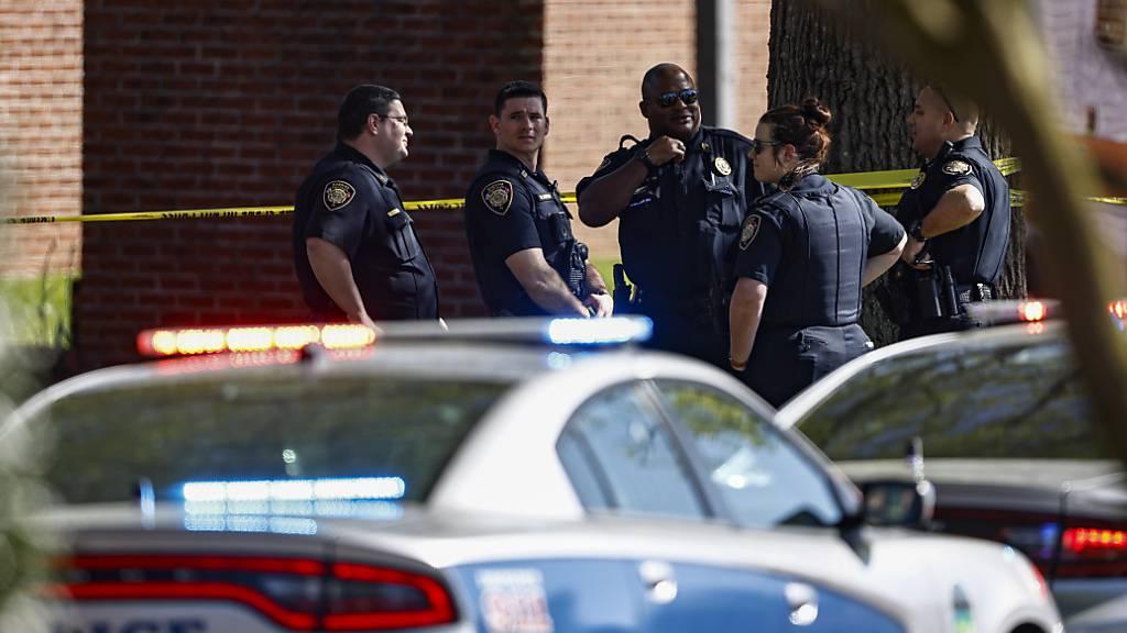 Die Polizei von Knoxville arbeitet am Tatort nach einem Schusswaffenangriff an einer Schule. Foto: Wade Payne/AP/dpa