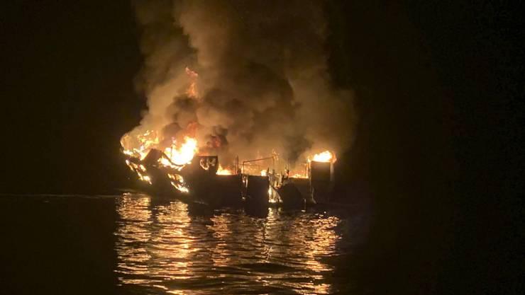 Bei einem Feuer auf einem Ausflugsschiff vor der Küste Kaliforniens sind mindestens acht Menschen ums Leben gekommen.