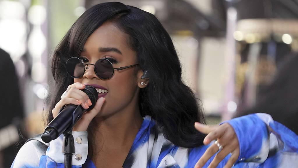 ARCHIV - Die US-amerikanische RB-Sängerin H.E.R. tritt in der «Today»-Show von NBC im Rockefeller Plaza in New York auf. Foto: Charles Sykes/Invision/AP/dpa