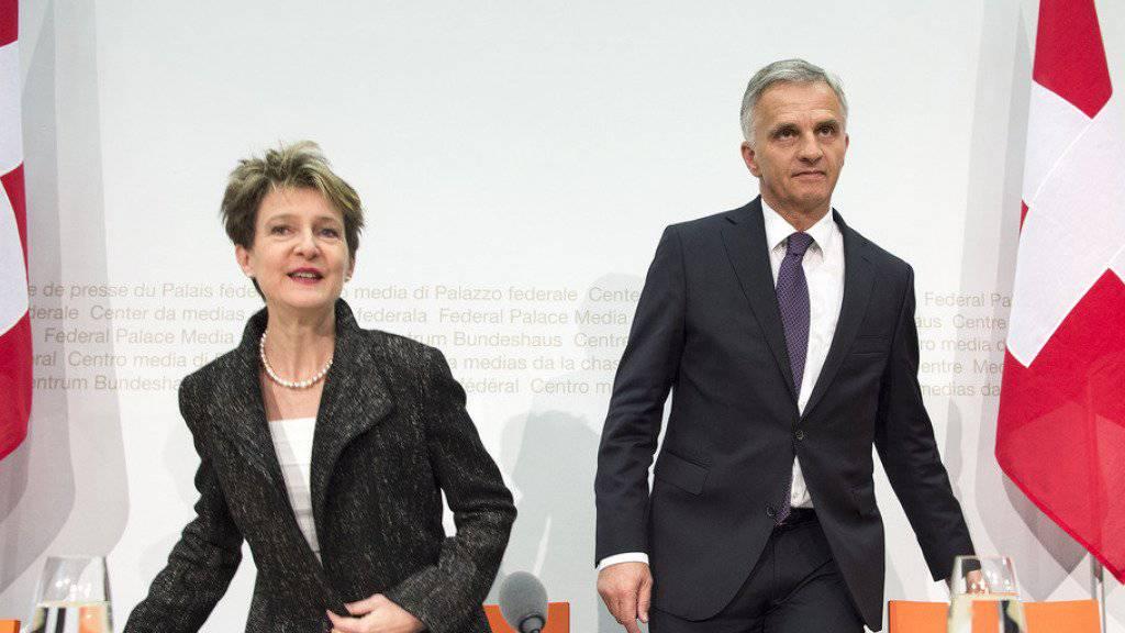 Bundespräsidentin Simonetta Sommaruga und Bundesrat Didier Burkhalter äussern sich an einer Medienkonferenz am Freitag in Bern zur Umsetzung der neuen Verfassungsbestimmung über die Zuwanderung.