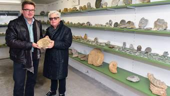 Urs Schenker und Bürgergemeindepräsidentin Ruth Liechti im Steinmuseum. Bis Ende Jahr wird die Ausstellung geräumt.