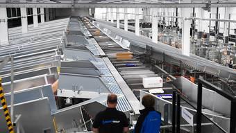 Im neuen Paketzentrum der Post in Cadenazzo TI werden ab sofort 8000 Pakete pro Stunde sortiert.