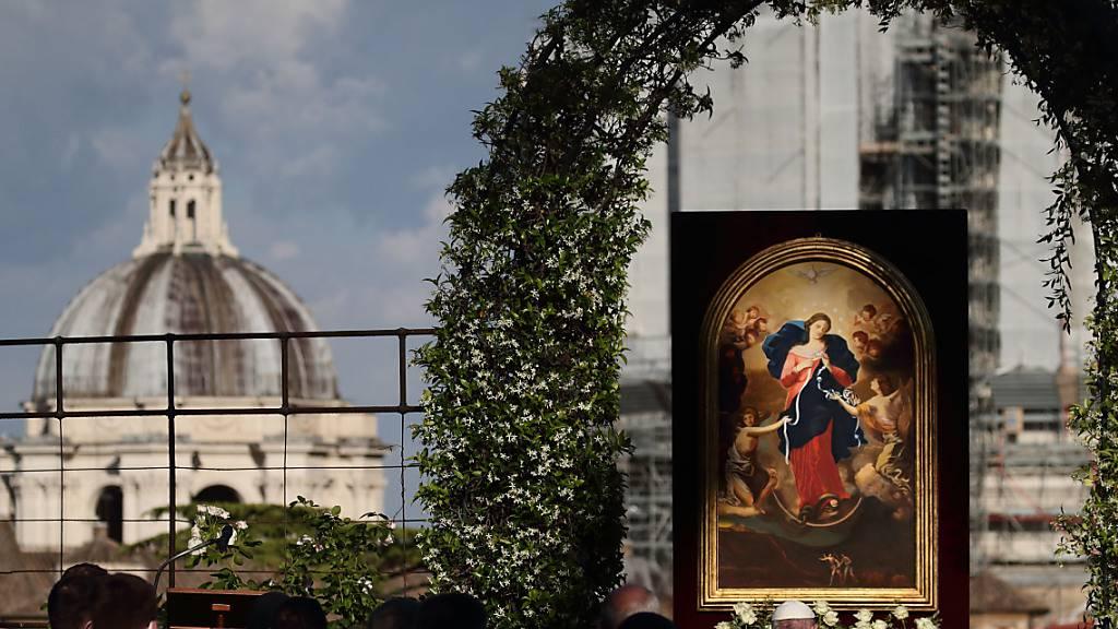Papst Franziskus leitet die  Rosenkranz-Gebete vor der Kopie des Gnadenbildes «Maria Knotenlöserin» in den Vatikanischen Gärten am letzten Tag des weltweiten Rosenkranz-Gebetsmarathons, den er sich im Monat Mai 2021 für ein Ende der Corona-Pandemie gewünscht hatte. Foto: Evandro Inetti/ZUMA Wire/dpa