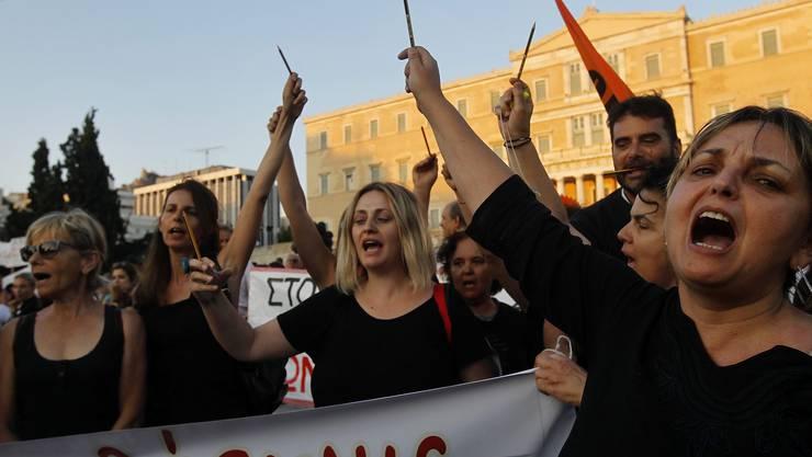 Staatsangestellte demonstrieren vor dem Parlamentsgebäude gegen das umstrittene Gesetz.